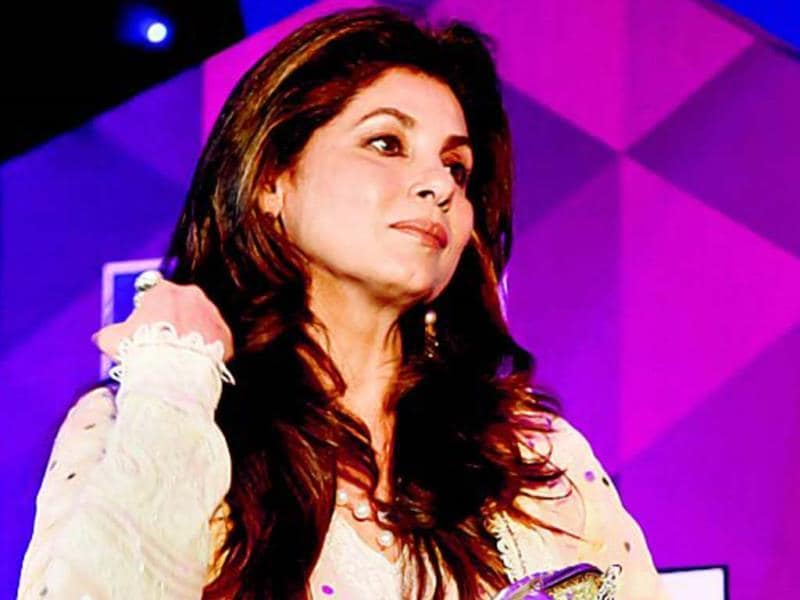 On behalf of Akshay Kumar-Twinkle Khanna, veteran actor Dimple Kapadia, received the trophy of Mumbai's Most Stylish Couple.