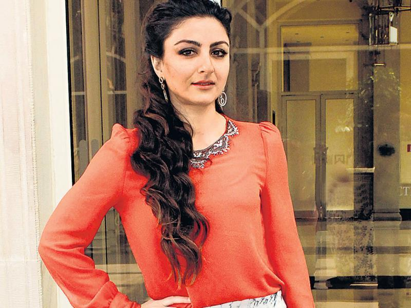 Soha Ali Khan honoured winners of a children's contest in Parel