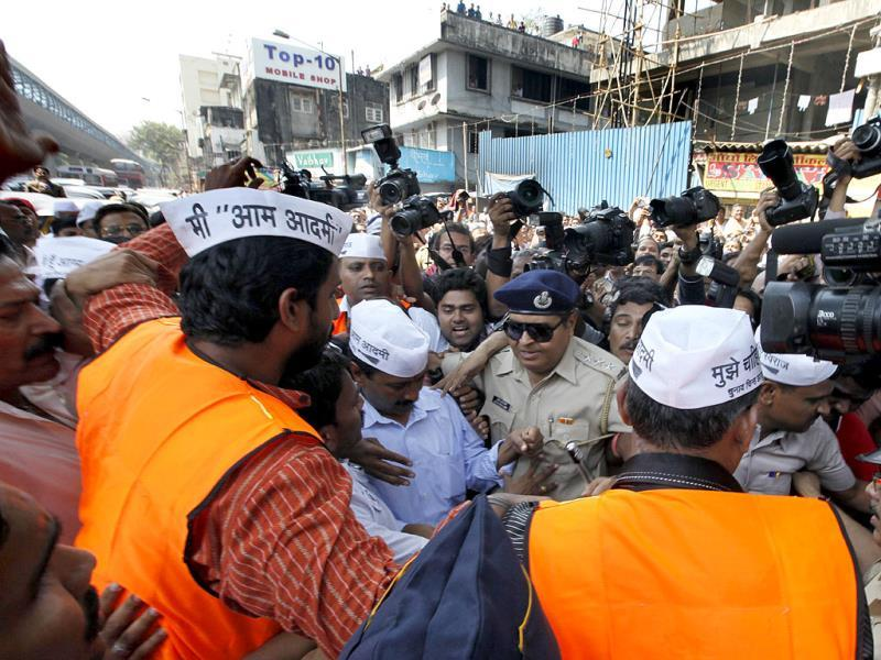 Chaos following Aam Aadmi Party leader Arvind Kejriwal's arrival in Mumbai where the party chief is campaigning for party candidates ahead of Lok Sabha polls. (Satish Bate/HT Photo)