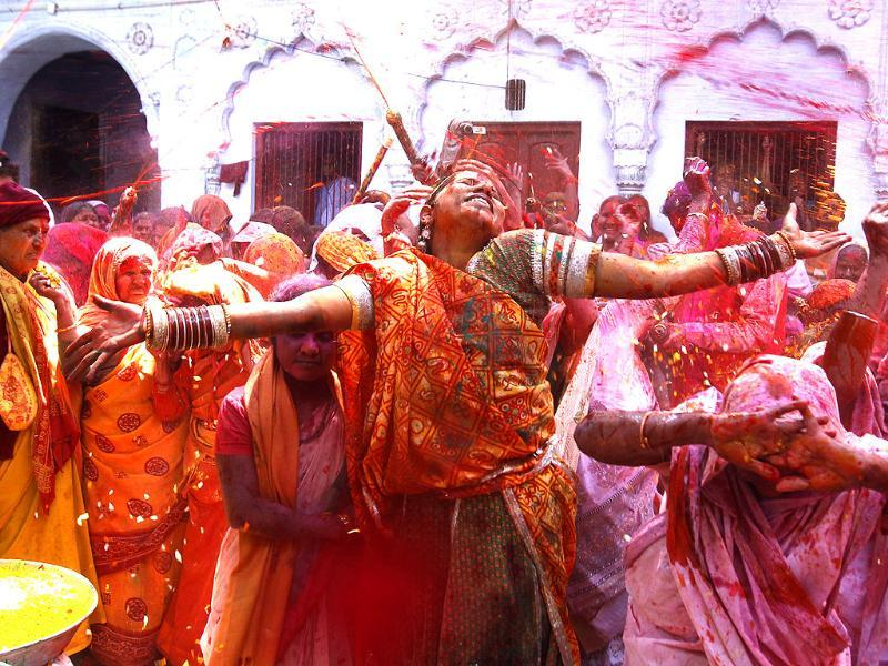 A folk dancer dance with Hindu widows while they throw flowers and colour at each other as part of Holi celebrations organized by a non-governmental organization Sulabh (Ajay Aggarwal/HT photo)