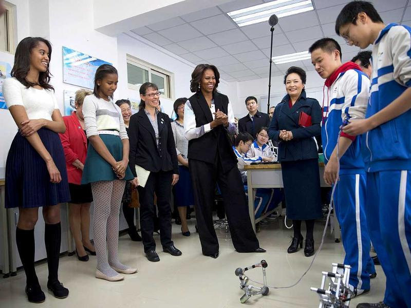 US first lady Michelle Obama, her daughters Malia and Sasha, and Peng Liyuan, wife of Chinese President Xi Jinping, watch students demonstrating a remote-controlled robot (Reuters photo)