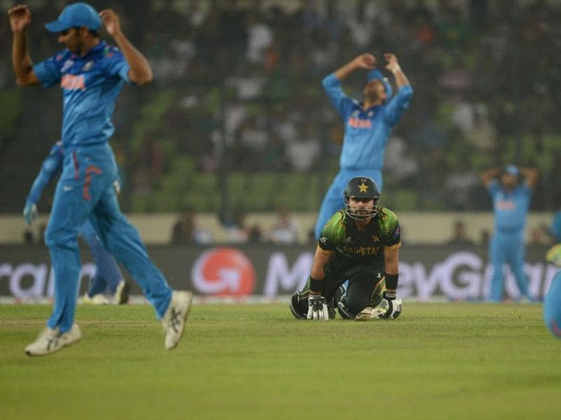 Indian cricketers react after missing a chance to dismiss Pakistan's Ahmed Shehzad during their ICC World Twenty20 match at the Sher-e-Bangla National Cricket Stadium in Dhaka. (AFP Photo)