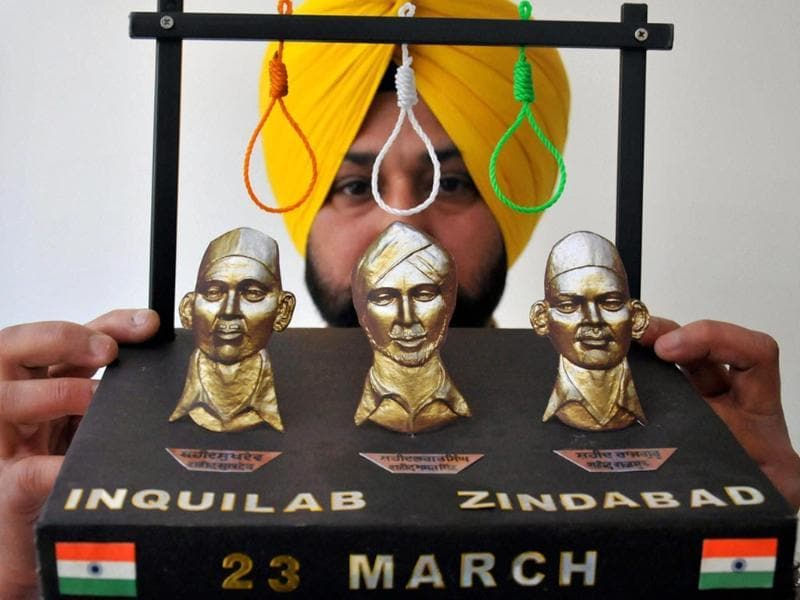 Artist Harwinder Gill displays his new creation paying tribute to martyrs Rajguru, Sukhdev and Bhagat Singh on the eve of their martyrdom in Amritsar (PTI photo)