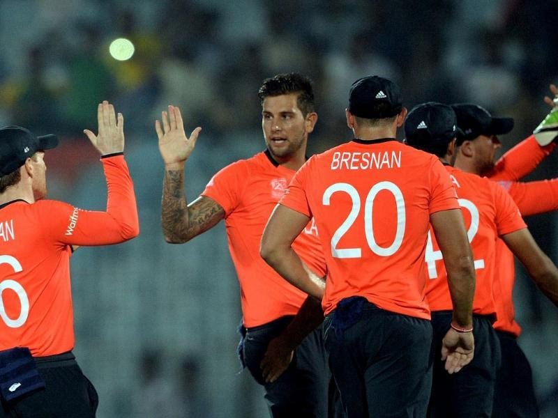 England's Jade Dernbach (L) celebrates the wicket of New Zealand's Martin Guptill during their ICC World Twenty20 match at the Zahur Ahmed Chowdhury Stadium in Chittagong. (AFP Photo)