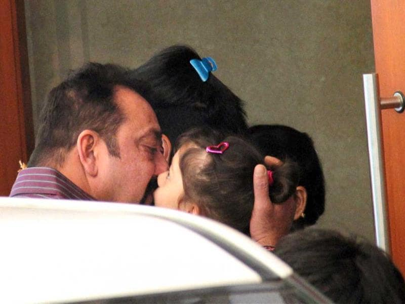 Family turns teary-eyed as Sanjay Dutt returns to jail