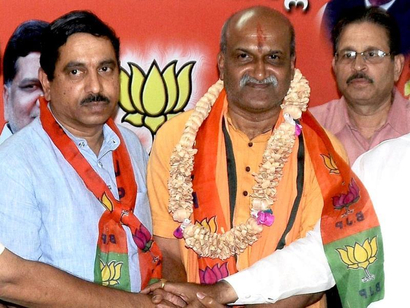 A photo of Pramod Muthalik joining BJP in the presence of former CM Karnataka Jagadish Shettar in Hubli. (PTI photo)