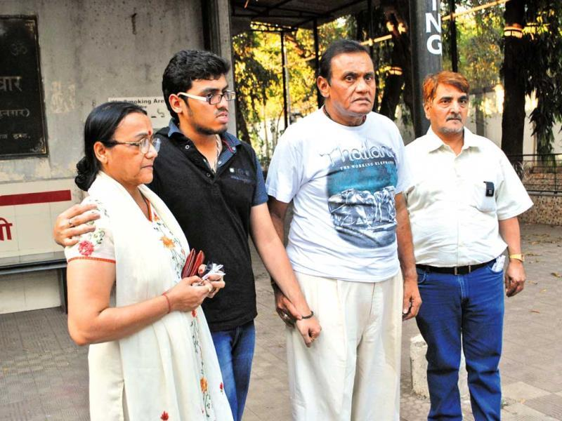 Late actor Nanda's sister-in-law Jayshree T and brother Jaiprakash Karnataki along with a family member at the funeral ceremony.