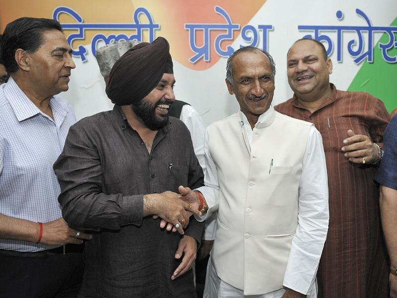 Congress Party northeast Delhi candidate Jai Prakash Aggarwal and DPCC president Arvinder Singh Lovely with Aam Aadmi Party leaders at DPCC office in New Delhi. (Sonu Mehta/HT photo)