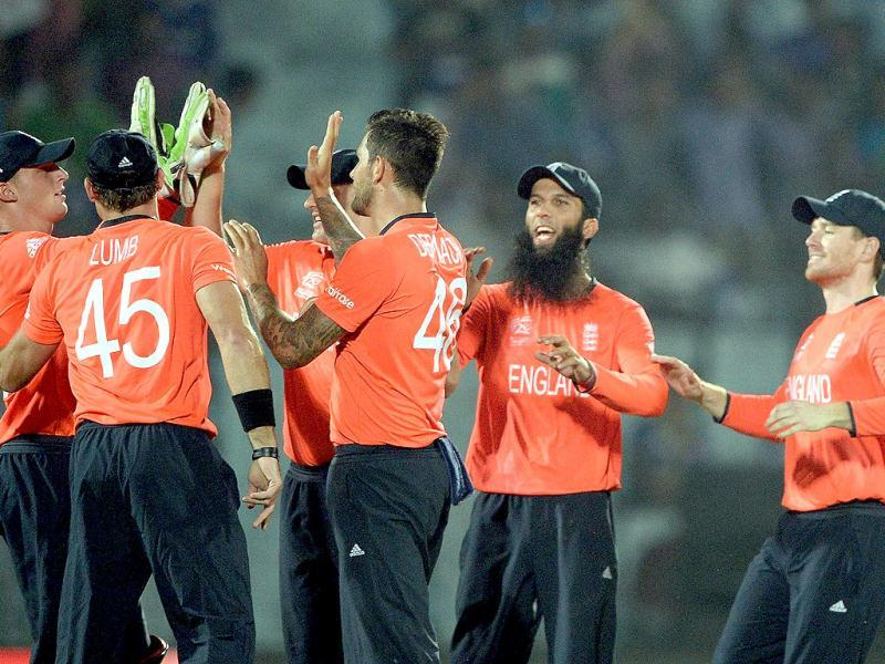 England's Jade Dernbach (C) celebrates the wicket of Sri Lanka's Kusal Perera with teammates during their ICC World Twenty20 match at the Zahur Ahmed Chowdhury Stadium in Chittagong. (AFP Photo)