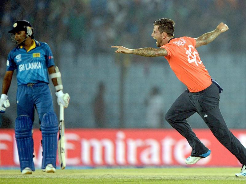 England's Jade Dernbach (R) makes an unsuccessful appeal for Sri Lanka's Mahela Jayawardene's wicket during their ICC World Twenty20 match at the Zahur Ahmed Chowdhury Stadium in Chittagong. (AFP Photo)