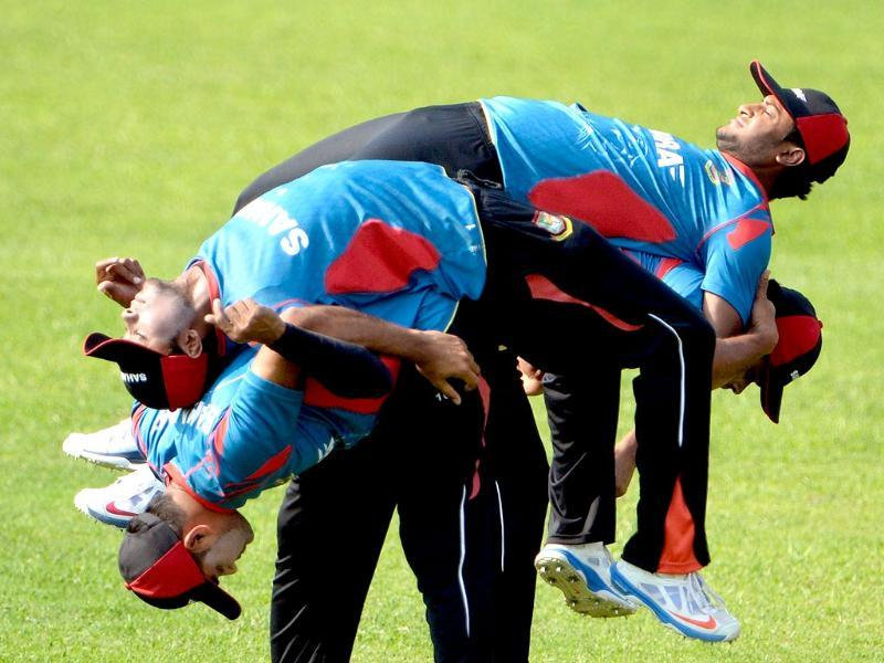 Bangladesh players warm up during the training session at The Sher-e-Bangla National Cricket Stadium in Dhaka on March 27, 2014 (AFP photo)