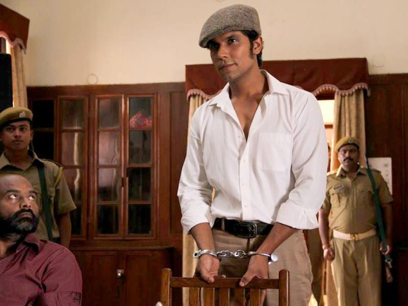 Randeep Hooda in a still from Main Aur Charles, a film that is based on the famous jailbreak of Shobhraj. (FACEBOOK/MAINAURCHARLES)