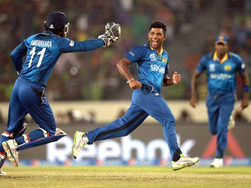 Sri Lanka's Seekkuge Prasanna (C) celebrates the wicket of West Indies' Lendl Simmons with wicketkeeper Kumar Sangakkara (L) during their ICC World Twenty20 match at the Sher-e-Bangla National Cricket Stadium in Dhaka. (FP Photo)