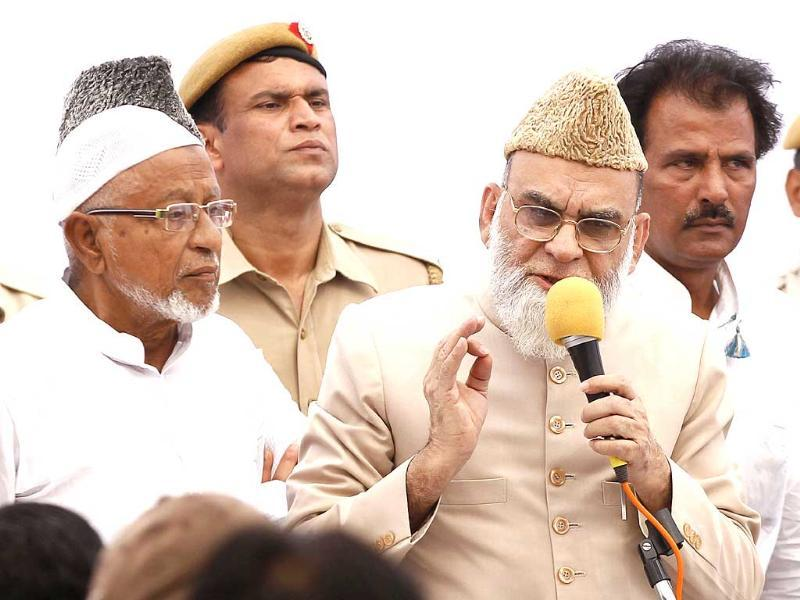 Shahi Imam of Delhi's Jama Masjid, Syed Bukhari, announces his support for Congress in the coming Lok Sabha elections during a press conference in New Delhi. (Ajay Aggarwal/HT photo)
