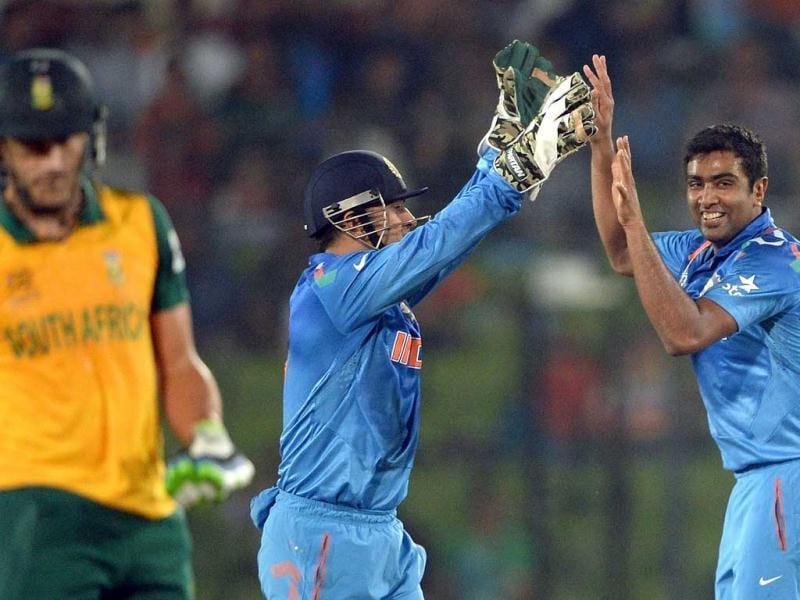 Ravichandran Ashwin (R) celebrates the wicket of South Africa's Hashim Amla with MS Dhoni (C) during their ICC World Twenty20 match against South Africa at the Sher-e-Bangla National Cricket Stadium in Dhaka. (AFP Photo)