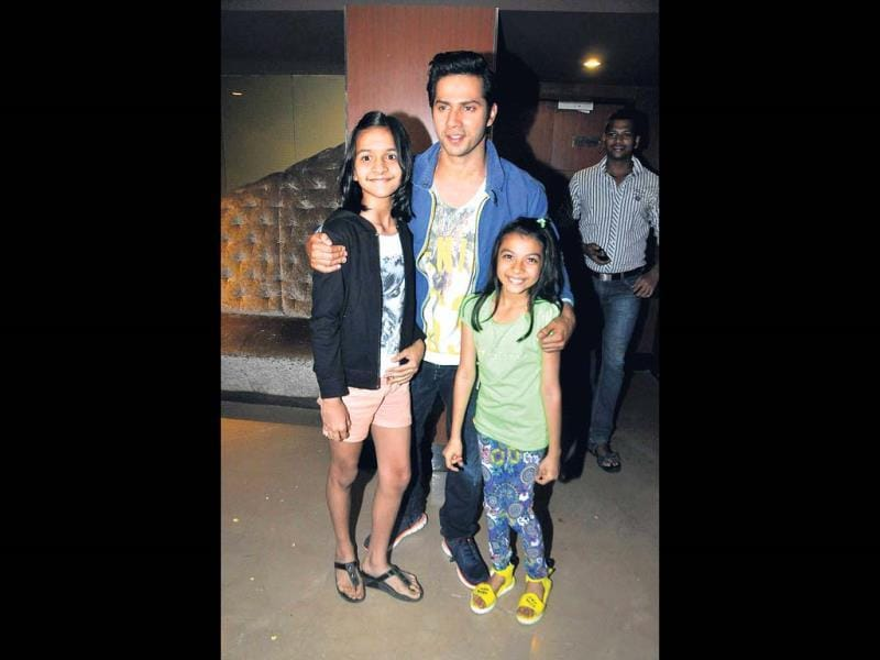 Varun Dhawan poses with his young fans at a city event