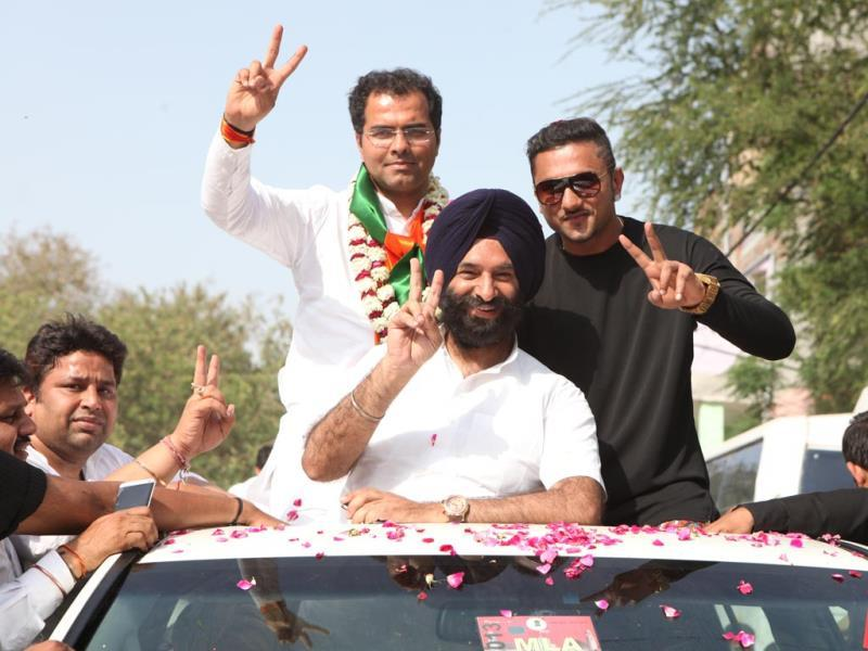 Yo Yo Honey Singh campaigns for Parvesh Verma from West Delhi. (HT PHOTO)