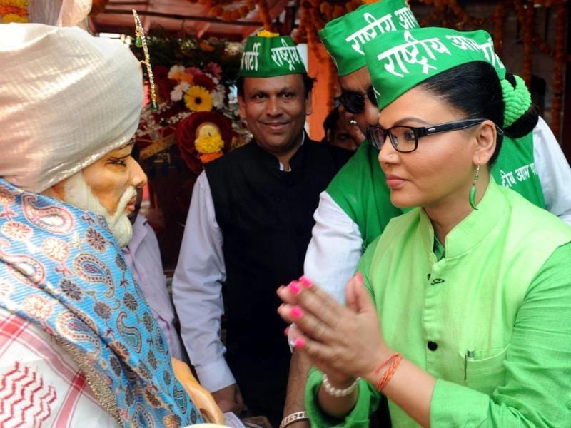 Bollywood actress and Rashtriya Aam Party candidate Rakhi Sawant seeks blessings at a temple while campaigning in Mumbai. (AFP photo)