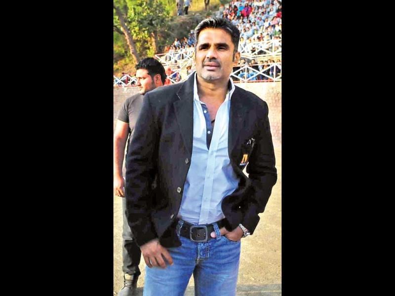 The actors and TV stars were divided into two teams led by actor Sunil Shetty and actor Rohit Roy respectively. (HT PHOTO)