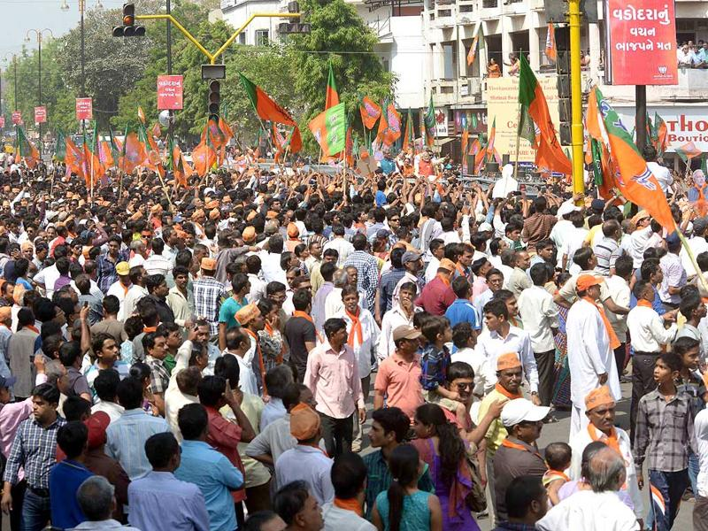 A huge crowd waits on the roads of Vadodara on Wednesday to catch a glimpse BJP prime ministerial candidate Narendra Modi during a road show. (HT Photo)