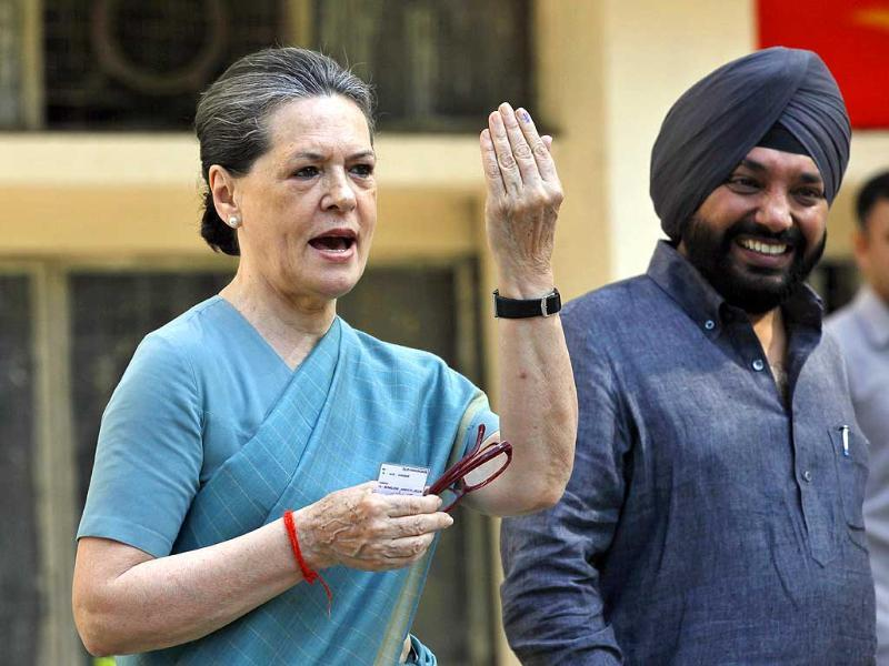 Congress President Sonia Gandhi shows her ink-marked finger after casting vote at Nirman Bhawan polling station in New Delhi. DPCC chief Arvinder Singh Lovely is also seen. (HT Photo/Raj K Raj)
