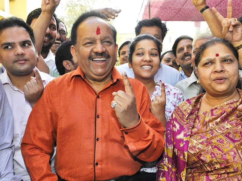 Bharatiya Janata Party (BJP) leader Harsh Vardhan poses after casting his vote at a polling booth in New Delhi. (HT Photo/Sonu Mehta)