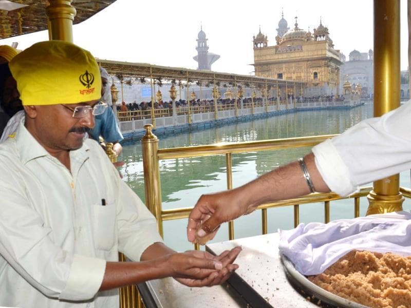 AAP convener Arvind Kejriwal pays obeisance at the Golden Temple in Amritsar during the start of his election campaign in Amritsar. (Sameer Sehgal/HT Photo)