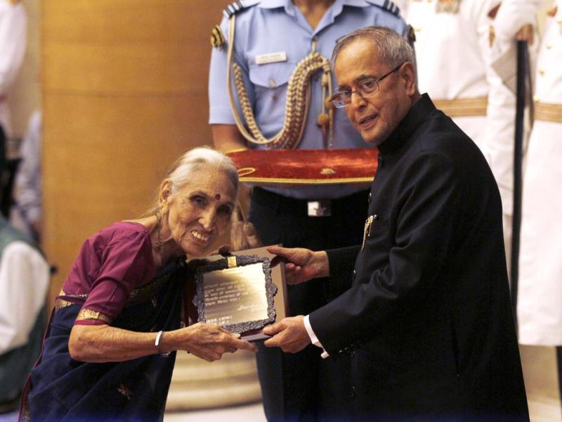 Leelavati M Kavi recieves the Sangeet Natak Akademi Award 2013 from President Pranab Mukherjee at the Rashtrapati Bhawan in New Delhi. (Virendra Singh Gosain/HT Photo)