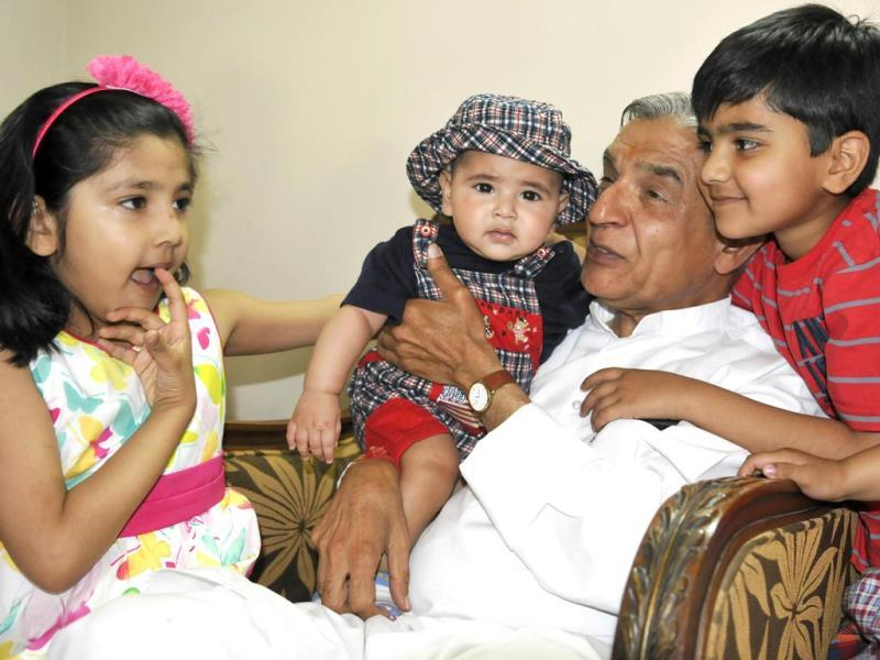 Chandigarh Lok sabha candidate Pawan Kumar Bansal with his grandchildren at his home a day after polling in Chandigarh. (Sanjeev Sharma/HT Photo)