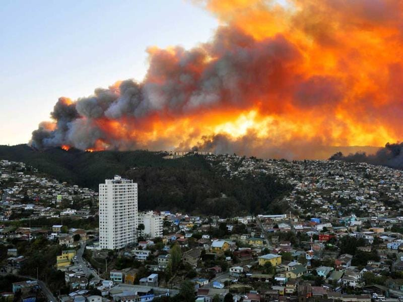 View of houses in flames during a fire in Valparaiso, 110 km west of Santiago, Chile. (AFP Photo)