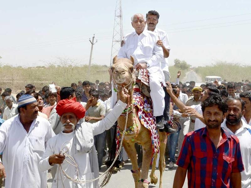 Independent candidate from Barmer Jaswant Singh campaigns in Barmer constituency. (HT Photo)