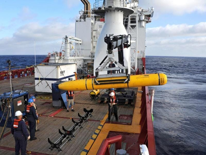This handout image from the US Navy shows operators aboard ADF Ocean Shield moving US Navy's Bluefin-21 into position for deployment in the search of missing Malaysia Airlines flight MH370. (AFP photo)