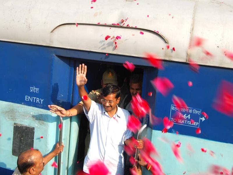 Kejriwal was greeted by thousands of supporters at the railway station as he arrived in Varanasi to file his nomination papers. (HT photo/Rajesh Kumar)