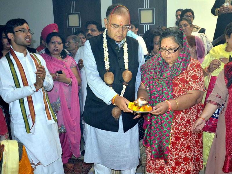 BJP Lok Sabha candidate Arun Jaitley along with wife Sangeet Jaitley and daughter Sonali Jaitley at a havan at Green Avenue area in Amritsar. (Sameer Sehgal/ HT Photo)