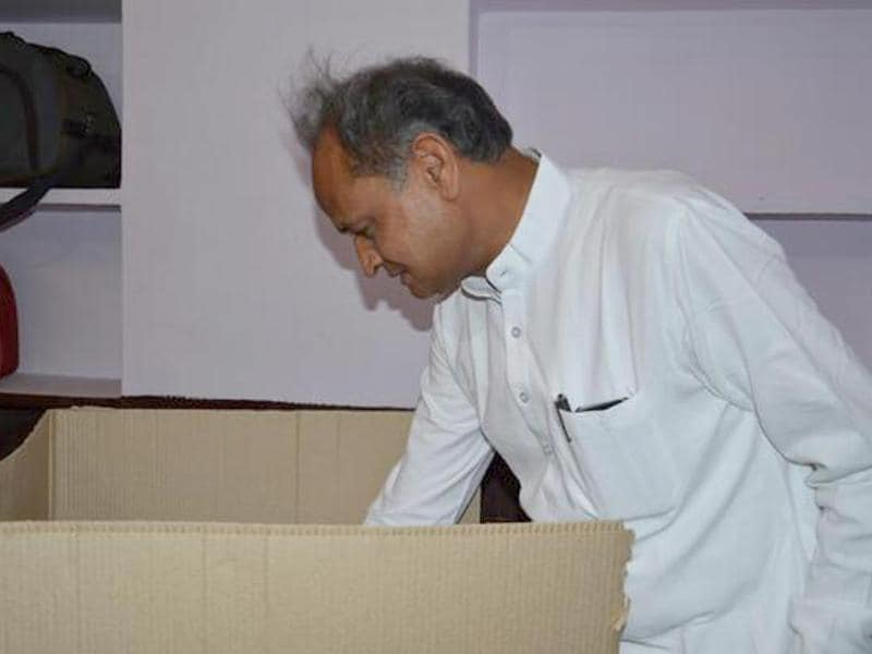 Former Rajasthan chief minister Ashok Gehlot casts his vote in Jodhpur.(HT photo/Suresh Vyas)