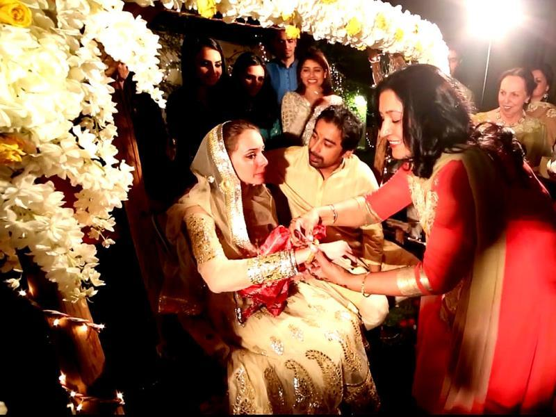 Relatives bless Rannvijay Singha and Priyanka Vohra at their Roka.