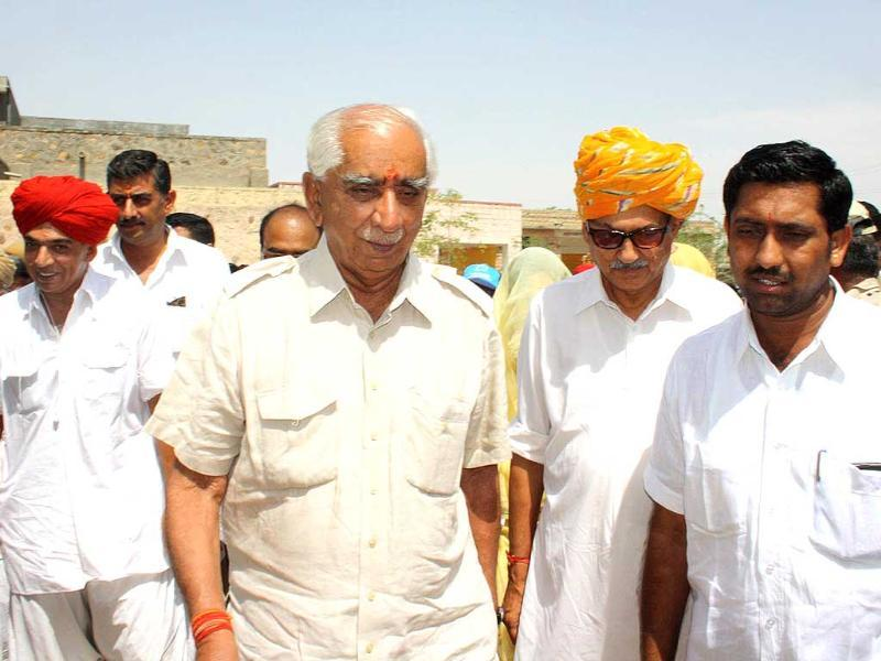 Jaswant Singh, independent candidate from Barmer, arrives with son Manvendra singh to cast his vote in Lok Sabha polls, in Barmer, Rajasthan. (HT photo)