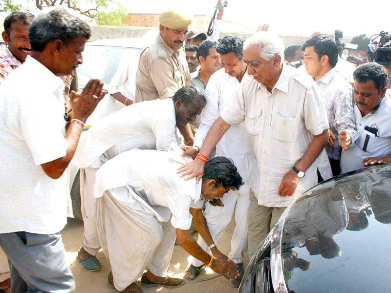 Supporters touch Jaswant Singh's feet as he arrives to cast his vote in Lok Sabha polls, in Barmer, Rajasthan. (HT photo)