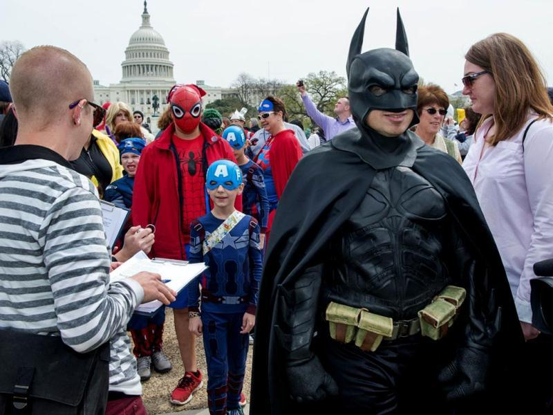 Officials count people in super-hero costumes at the Awesome Con 2014 in Washington, DC during an attempt to break a Guinness world records record of people as comic book charactors. (AFP photo)