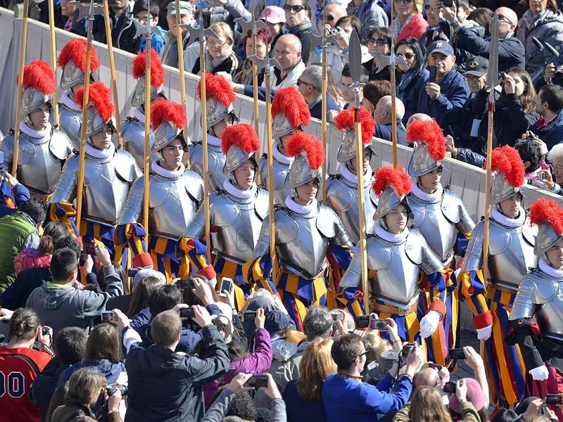 Swiss guards arrive prior the Easter mass at the St Peter's square in Vatican. (AFP Photo)