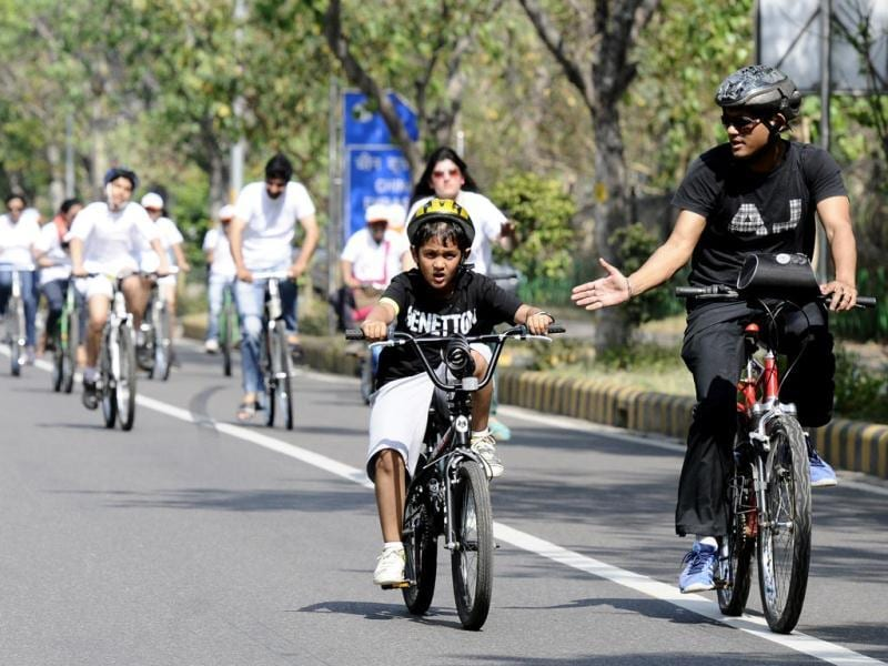 Delhiites participated in the Cyclothon flagged off by Olympian wrestler Sushil Kumar to spread awareness about Road Safety Measures at Chankyapuri in New Delhi. (Vipin Kumar/HT Photo)