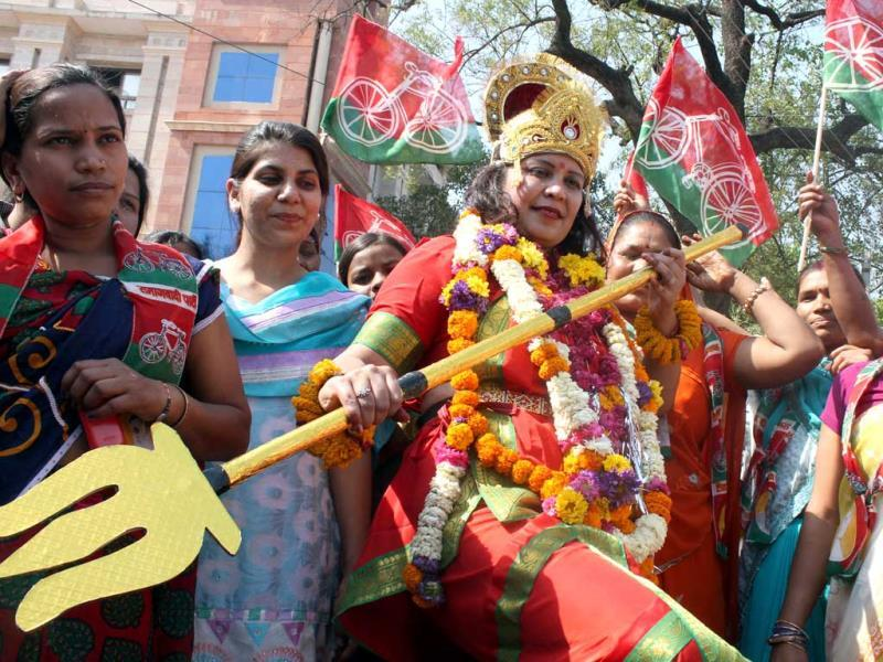 Samajwadi Party (SP) candidate Neha Sharma dressed as goddess Durga before filing her nomination papers, in Indore (HT Photo)