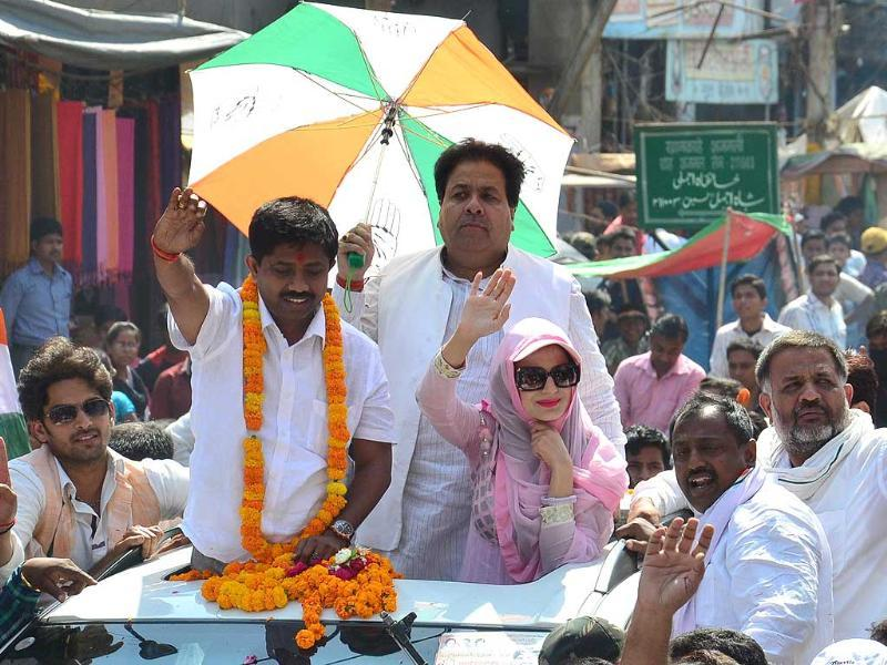 Bollywood actress Amisha Patel during a road show in support of Congress party candidate from Allahabad constituency Nand Gopal Gupta 'Nandi', in Allahabad. (Sheeraz Rizvi/HT photo)