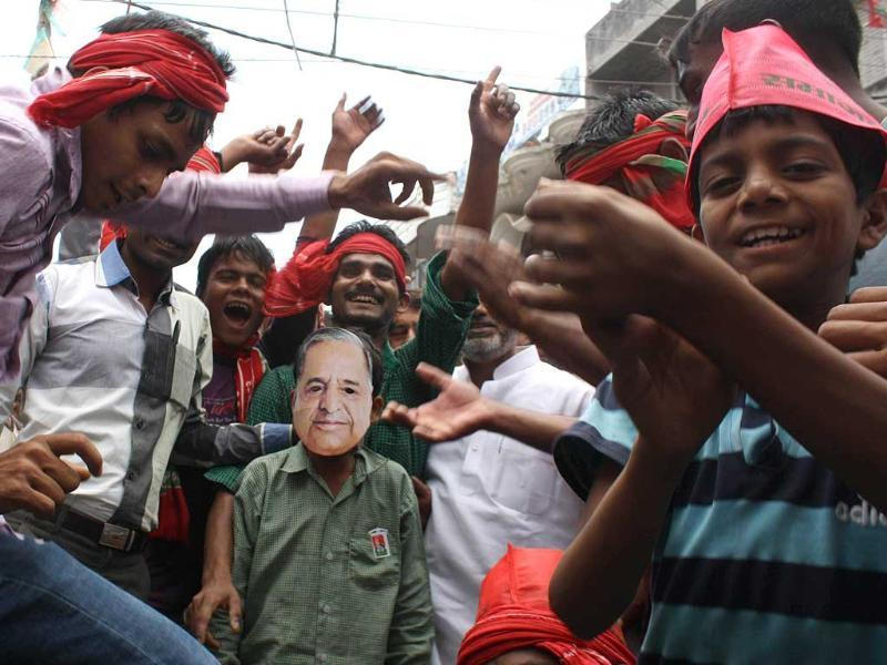 Supporters of Samajwadi Party chief and Loksabha candidate from Azamgarh constituency, Mulayam Singh Yadav, cheer him as he files his nomination, in Azamgarh. (HT photo)