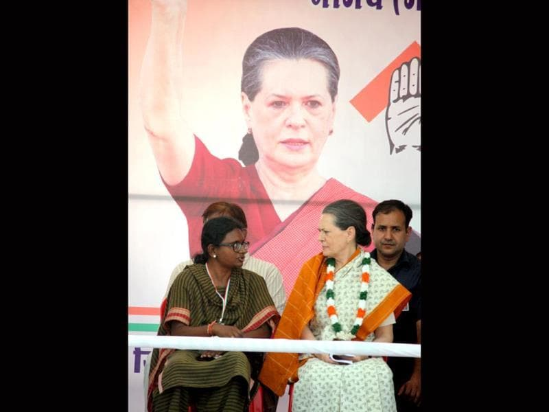 Congress president Sonia Gandhi in public rally at Neemuch for Congress candidate Meenakshi Natrajan. HT Photo
