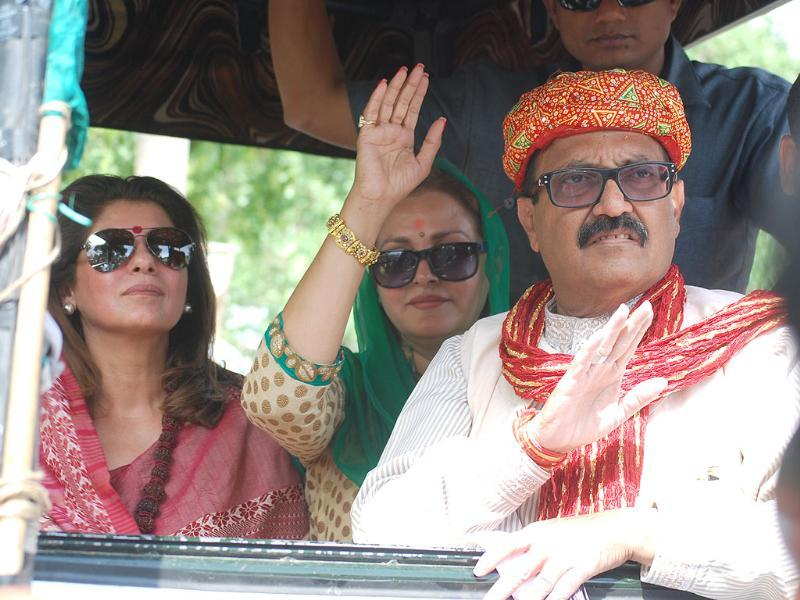 RLD leader Amar Singh at a road show along with Dimple Kapadia and Jaya Prada near Agra. (HT photo)