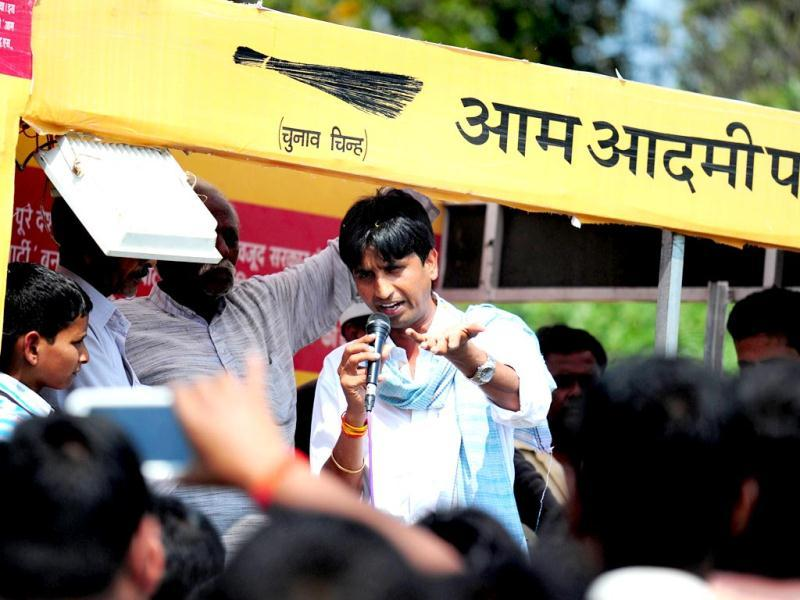 Aam Admi Party (AAP) candidate Kumar Vishwas addresses villagers during a campaign rally in Amethi (AFP Photo)