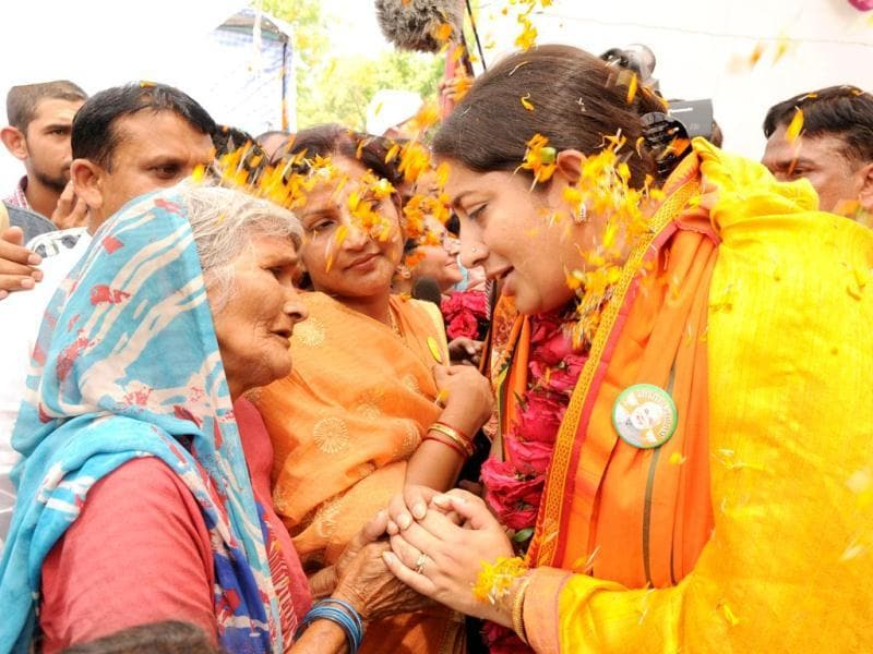 BJP's Amethi candidate, Smriti Irani interacts with an elderly lady during her visit to Amethi (Ashok Dutta/HT Photo)