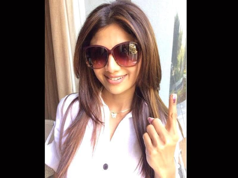 Shilpa Shetty tweeted her selfie saying - Hey Tweeto's Every vote counts. Make yours count too be a responsible Indian.