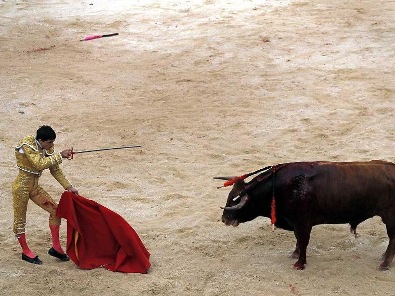Spanish bullfighter Paco Urena prepares to deliver the coup de grace to a bull in the arena during the traditional Easter Feria in Arles, Southern France (Reuters Photo)